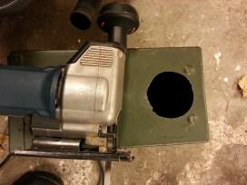 Med en stiksavsklinge til metal har jeg først boret et hul og savet rundt efter det.
