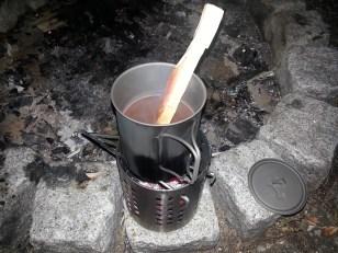 En varm kop kakao lavet på ingen tid. Her brugte jeg et stykke birketræ som teske.