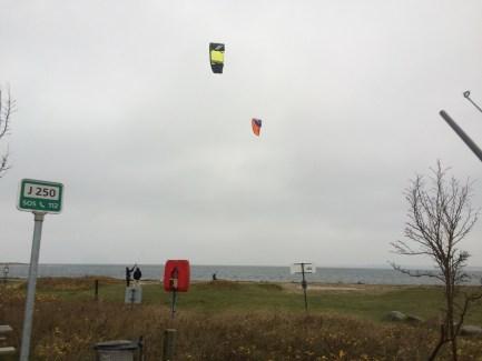 Kitesurfere der nød godt af læsiden, som var på vestsiden.