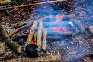 En sagelig ild brænder og kaffen holdes varm i yderkanten.