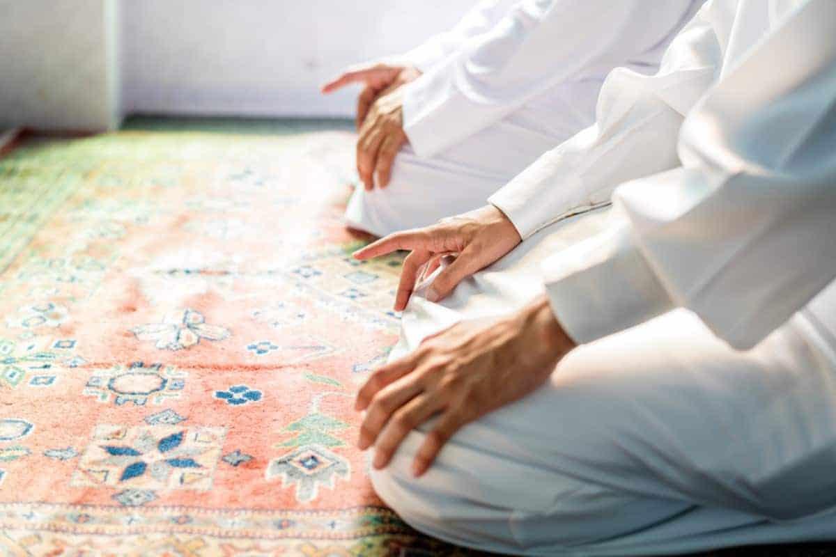 Bagaimana Hukum Meninggalkan Masjid Terdekat dan Sholat Pindah-Pindah Masjid