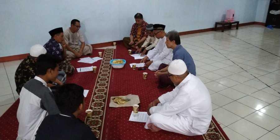 Ilustrasi Rapat Pengurus Masjid untuk membeli AC Masjid atau mushola