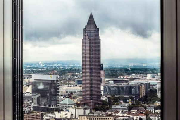 Blick auf den Frankfurter Messeturm in Wolken