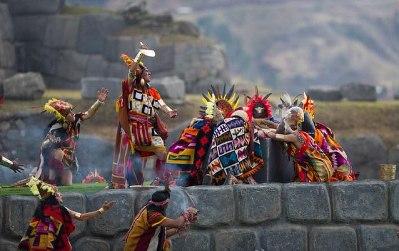 Cérémonie de sacrifice avec le lama pendant l'Inti Raymi. Le Chaman brandit une pelle. Guide de l'Inti Raymi.