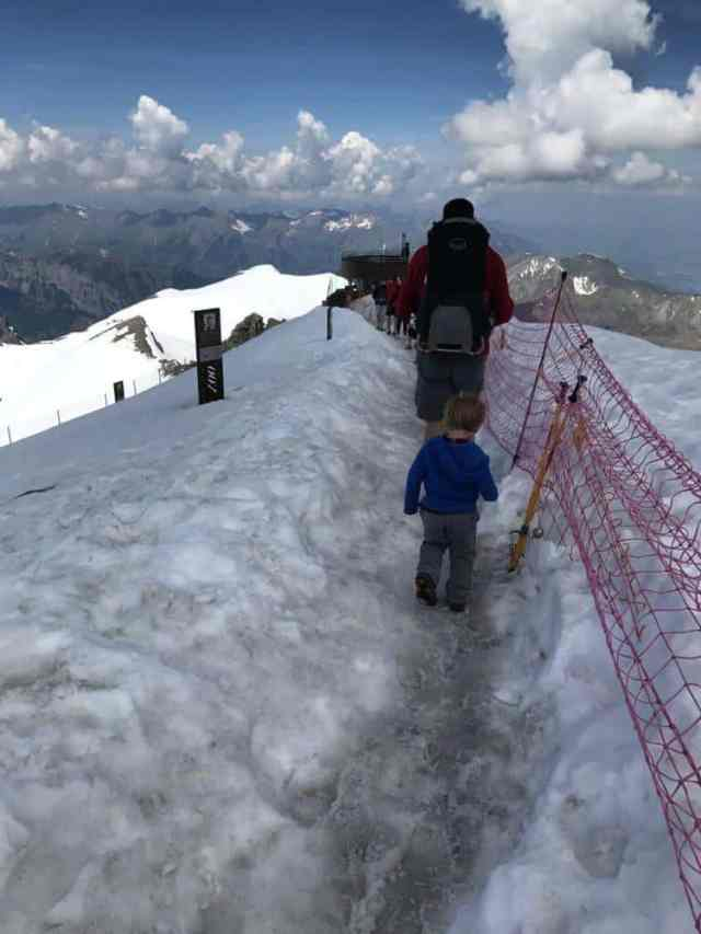 Schiltthorn path in the snow to the observation tower