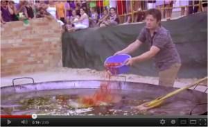 Jamie Oliver poniendo chorizo a un paella en Sevilla.