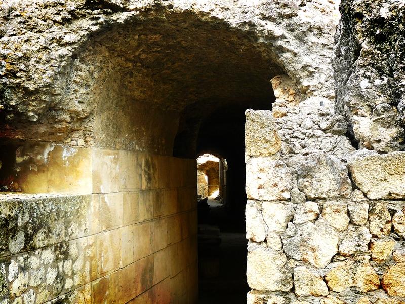 Entrada al pasillo lateral del Coliseo