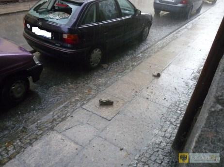 Spadający tynk uszkodził samochód zaparkowany na ul. Kołłątaja