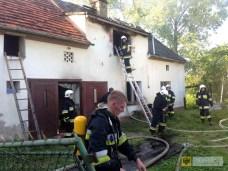 13 maja | Pożar w Kamienicy | Sześć jednostek straży pożarnej brało udział w gaszeniu pożaru budynku mieszkalnego w Kamienicy. Niemal doszczętnie spłonęła większość dachu nad częścią mieszkalną. | http://paczkow24.pl/pozar-domu-jednorodzinnego-w-kamienicy-wideo/
