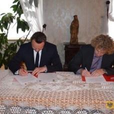 21 maja | Mamy nowego partnera | Na Zamku Jánský Vrch w Javorníku odbyła się uroczystość podpisania umowy partnerskiej pomiędzy Miastem Javorník a Gminą Paczków. | Foto: UM Paczków | http://paczkow24.pl/paczkow-ma-nowego-partnera/