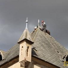 Sierpień | Dobre wieści z Lisich Kątów | Popadający przez lata w ruinę dom rodzinny Moritza Brosiga, znalazł nowego właściciela. Na zdjęciu zabezpieczanie dachu wieży dworu we wrześniu 2015 r. | Foto: Julia i Krzysztof Erm | http://paczkow24.pl/dwor-w-lisich-katach-sprzedany/