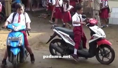 Siswa SD Naik Motor Sendiri Ke Sekolah