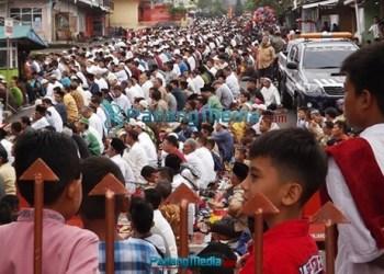 Masyarakat yang mengikuti Sholat Id di lapangan Brigjen Anas Karim membludak hingga halaman gedung M.Syafe;i.(Foto : isril)