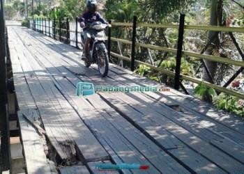 Kondisi jembatan Kampung Teleng- Saringan yang rusak. (foto: tumpak)