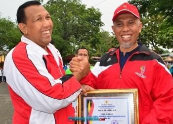 Wako Padang memberikan penghargaan pada Prof Heri Berlian  tokoh yang berperan banyak melakukan pembinaan olahraga. (ist)