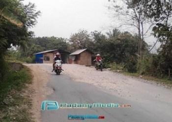 Jalan rusak di Durian I. (tumpak)