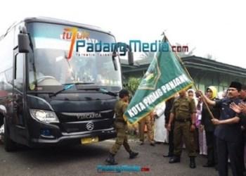 Jemaah haji Kota Padangpanjang tahun lalu saat dilepas Walikota Hendri Arnis. (dok.padangmedia)