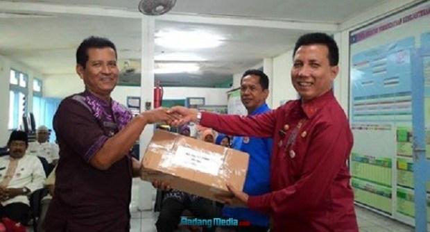 Camat Padang Barat menyerahkan Kartu Indonesia Sehat untuk segera didistribusikan di daerah itu. (der)