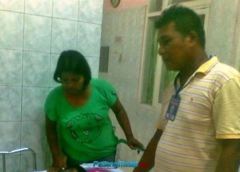 Orangtua Muhamad Razid  sedang menunggui  anak SD yang dibakar wanita tak dikenal di Lubuk Alung. (baim)