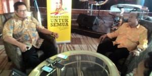 Calon Ketua Umum Partai Golkar Mahyuddin didampingi Ketua DPD II Partai Golkar Kota Padang Wahyu Iramana Putra memberikan pernyataan terkait pencalonannya di hadapan wartawan di Padang, Kamis (3/3). (febry)
