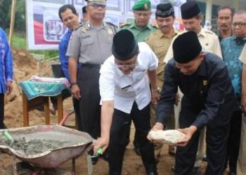Bupati Agam dan anggota dewan setempat meletakkan batu pertama pembangunan musala di SMAN 1 Banuhampu. (ist)