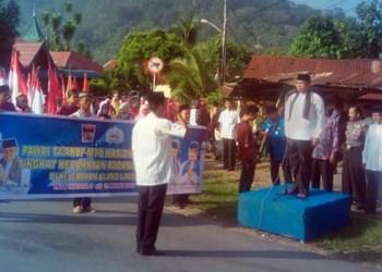 Camat Padang Selatan Fuji Astomi melepas peserta pawai ta'aruf MTQ tingkat kecamatan. (baim)