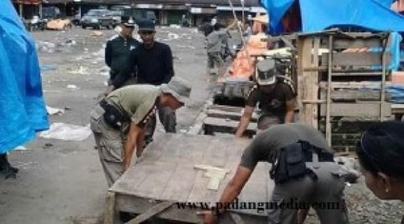 Penertiban PKL di pasar lama Lubuk Basung, Agam. (fajar)