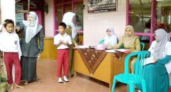 Pemeriksaan kesehatan siswa di PLB Asih Putra Silaiang Bawah, Padangpanjang. (isril)