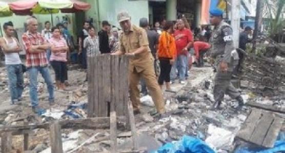 Sejumlah pedagang hanya terlihat memangku tangan melihat Wako Padang bekerja membersihkan bekas-bekas lapak dagangan di sekitar jalan Sandang Pangan, Pasar Raya Padang. (der)
