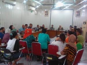 Warga Batu Gadang Lubuk Kilangan Kota Padang mendatangi DPRD mengadukan nasib terkait rencana penutupan jalan utama PT SP untuk warga. (baim)