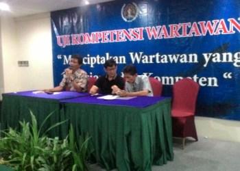 Ketua Bidang Komisi Pendidikan PWI Pusat didampingi Ketua PWI Sumbar Basril Basyar dan Manager Tim Penguji PWI Uyun Achadiat memberikan wejangan kepada peserta UKW Angkatan V PWI Sumatera Barat, Sabtu (23/4). (febry)
