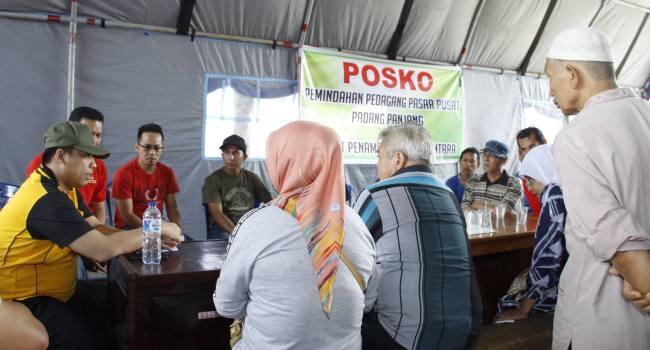Walikota Padangpanjang Hendri Arnis berdialog dengan pedagang di Posko Peindahan pedagang ke kios penampungan. (Humas)