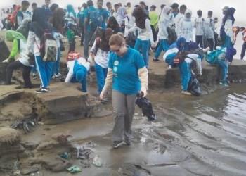 Konsulat AS untuk Sumatera, Tamara Graig bersama ratusan masyarakat lainnya antusias memungut sampah yang berserakan di Pantai Air Manis, Padang, Rabu (14/4). (baim)