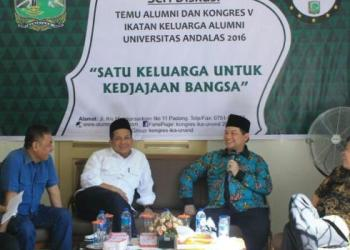 Diskusi IKA Unand dengan pembicara Ketua KPU RI Husni Kamil Manik, Wakil Ketua DPR Fahri Hamzah, anggota DPR RI Alex Indra Lukman dan Politisi PAN Taslim dipandu Host Vinna Melwanti. (Dok. IKA Unand)