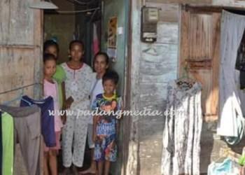 Marianis dan beberapa anaknya di depan rumah. (baim)