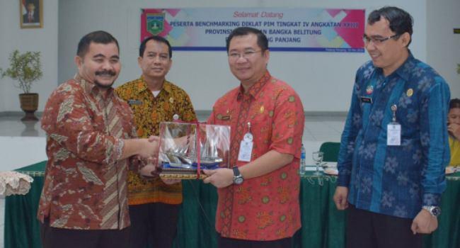 Sekdako Padangpanjang Edwar Juliartha menerima kunjungan peserta Diklat Pim Bangka Belitung, Selasa (18/5). (HUMAS)