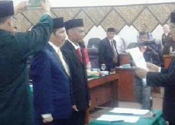 Miswar Jambak dan Aprianto dilantik sebagai anggota PAW DPRD Padang. (baim)