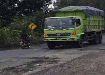 truk barng dan kondisi jalan rusak (ilustrasi/okezone)