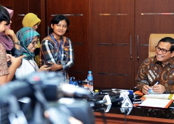Pramono Anung menjawab pertanyaan wartawan. (foto: humas setkab)