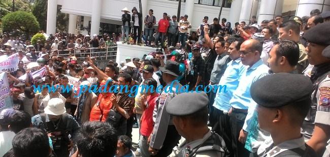 Wakil Ketua DPRD Sumbar Arkadius terima kedatangan masyarakat nelayan, Rabu (16/6). (febry)