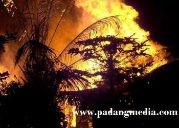 Kebakaran di Perumahan Guru SMPN 1 Siberut Selatan. (ers)