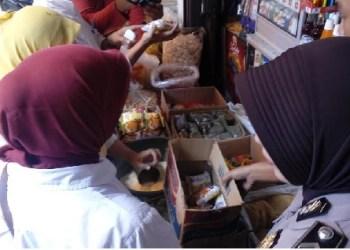 Razia makanan di Pasar Sawahlunto. (tumpak)