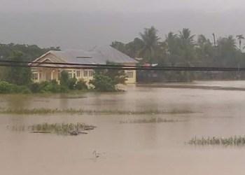 Banjir menggenang di kawasan perkantoran Aia Pacah, Padang, Rabu (24/8) sore. (der)