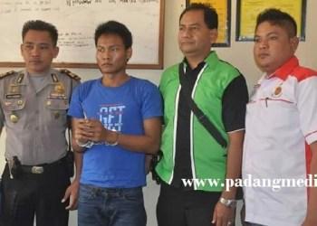 Napi kabur LP Padang Langsano, Lubuk Basung (dua kiri), yang berhasil diamankan petugas Polres Agam. (fajar)
