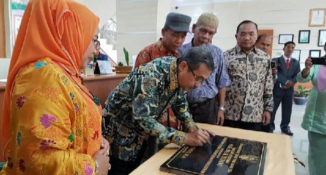 Sekjen Kementerian Perindustrian RI, Syarif Hidayat meresmikan sejumlah pembangunan infrastruktur SMK Sekolah Menengah Analis Kimia (SMAK) Padang, Senin (29/8). (der)