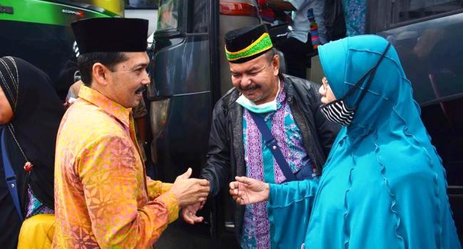 Wakil Walikota Padangpanjang Mawardi menyambut kepulangan jamaah haji dari Tanah Suci di Balaikota, Kamis (29/9). (Humas)