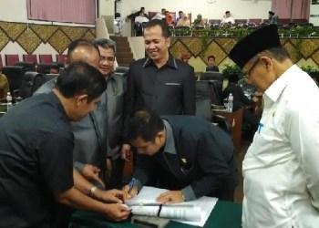 Pengesahan Perda OPD oleh DPRD Padang, Jumat (16/10) malam. (baim)