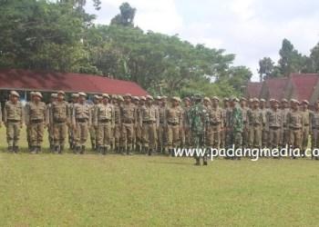 Kodim 0319 Mentawai memberi Latihan Samapta bagi anggota Satpol PP Mentawai di halaman kantor bupati setempat. (ers)