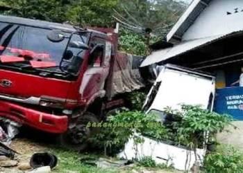 Kecelakaan truk menyeret sedan dan sepeda motor masuk jurang di Sawahlunto, Minggu (6/11). (tumpak