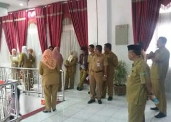 Pejabat Dinas PU Padangpanjang antri memenuhi panggilan Walikota Hendri Arnis untuk menyampaikan laporan dan menerima arahan< Selasa (11/10) sore. (HUMAS)